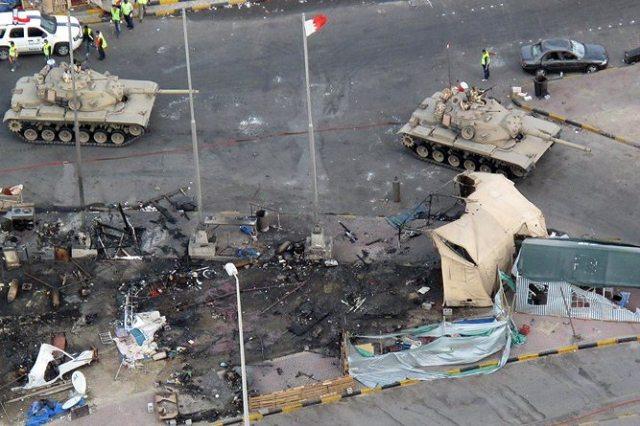 Saudische Panzer fahren auf dem Perlenplatz in Manama (Bahrein) auf.